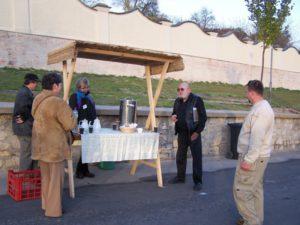 Občerstvení bezprostředně povýsadbě aleje. Včerném oblečení Antonín Bořek-Dohalský, ve světlém oblečení David Kolárský